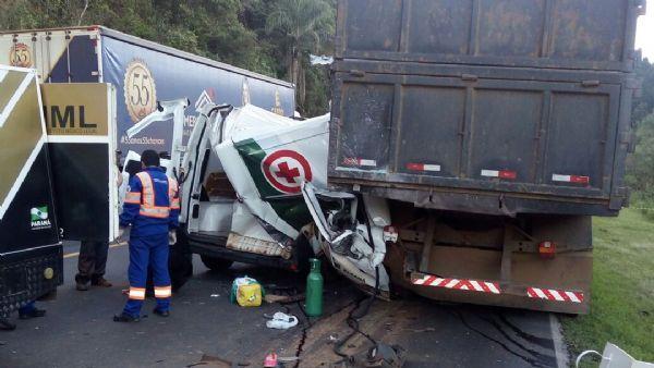 Três pessoas morrem em acidente envolvendo ambulância